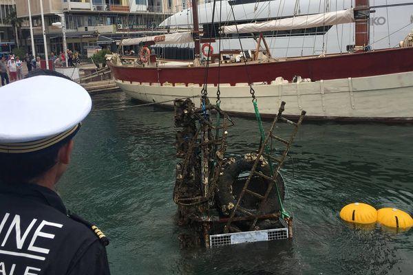 La marine nationale nettoie le port de Toulon, le 31 mai 2017
