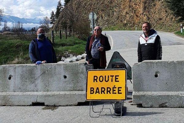 Le maire de l'enclave espagnole de Llivia, Georges Armengol Président de la communauté de communes et Laurent Leygue maire d'Estavar ont participé à la fermeture de routes transfrontalières secondaires comme ici sur la RD33F entre Estavar et Llivia - 9 avril 2020.