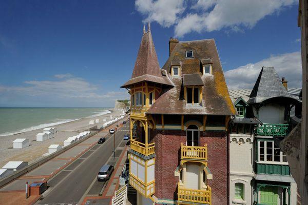 Les villas de bord de mer et les falaises de Mers-les-Bains (Somme) pendant l'été (photo d'illustration).