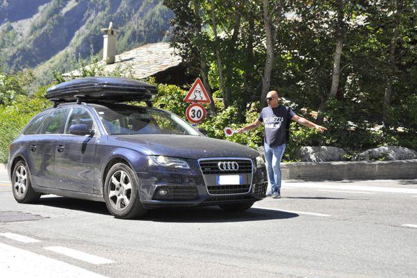 La circulation automobile est de nouveau autorisée dans la vallée du Val Ferret, en contrebas du glacier.
