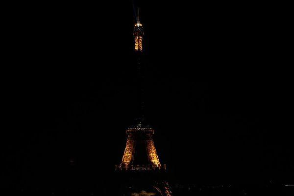 La tour Eiffel dans la pénombre, pour rendre hommage aux centaines de victimes des attentats au Sri Lanka.