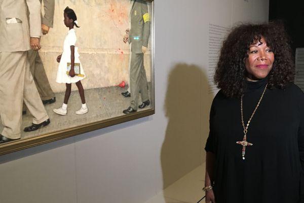 Ruby Bridges fut cette petite fille que des policiers ont protégé sur le chemin de l'école à la Nouvelle-Orléans en 1960. Norman Roxwell a immortalisé cette scène en 1964. Son tableau, qui est exposé au Mémorial de Caen, est un vibrant plaidoyer contre le racisme.