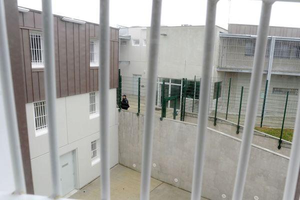 Les gendarmes ont arrêté plusieurs individus suspectés d'avoir effectué au moins 7 parachutages de cartes SIM et téléphones portables par dessus les grilles de la maison d'arrêt de Rodez, à Druelle dans l'Aveyron.