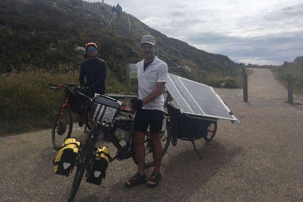 Des cyclistes aventuriers traversent les Mont d'Arrée lors du Tour de France en vélo solaire