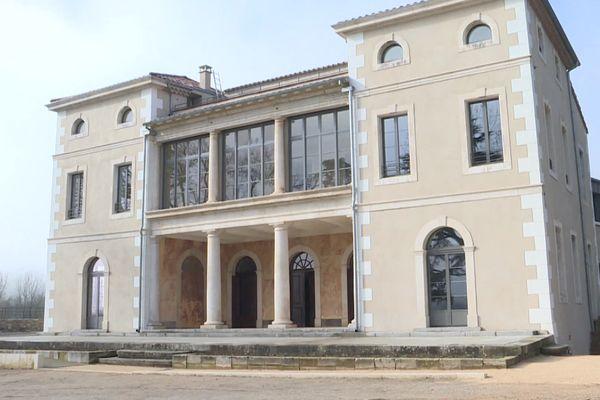 Entouré de vignes, le petit domaine de Ludovic Walbaum, vigneron et futur hôtelier, situé au sud de l'Ardèche, à Vagnas deviendra bientôt un hôtel 4 étoiles.