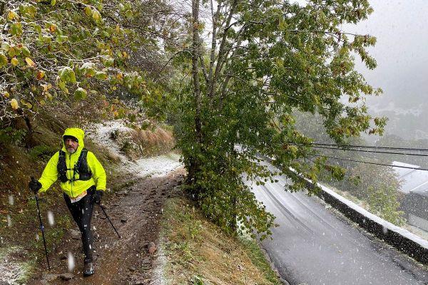 La neige tombait sur les coureurs.