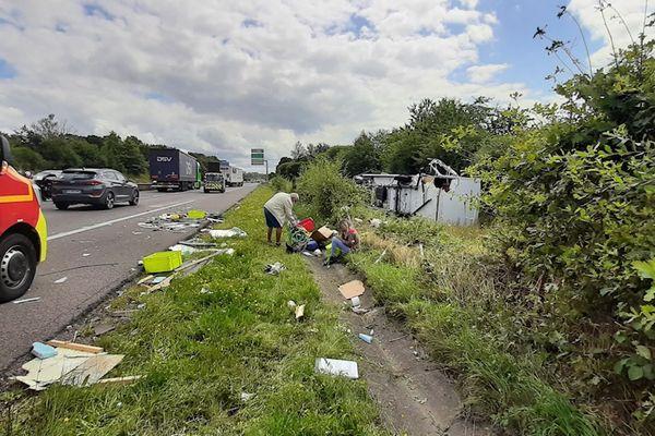 Accident sur l'autoroute A20 entre un véhicule particulier et un camping-car, couché sur le flanc. De fortes perturbations sont à prévoir dans le sens Nord/Sud, mercredi 28 juillet 2021.