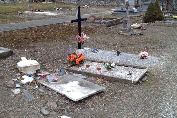 Plusieurs tombes ont été retrouvées dégradées
