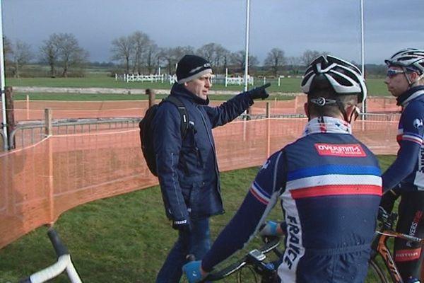 A gauche, Julien Thollet entraîneur de l'équipe de France de Cyclo-Cross à Lignières en Berry pour la 6e manche de Coupe du Monde. 15 janvier 2016.