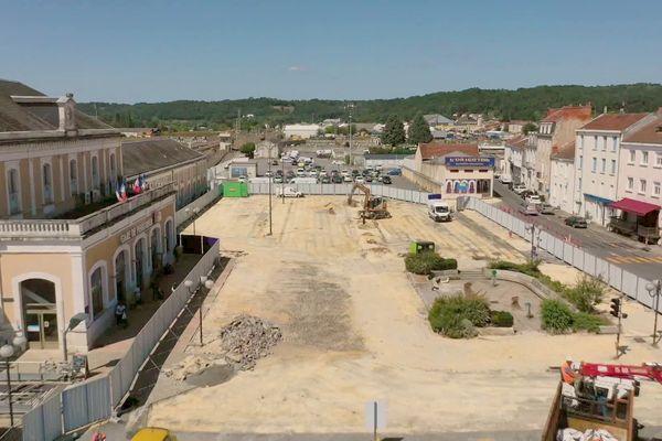 Place nette devant la gare de Périgueux pour accueillir le futur aménagement paysager