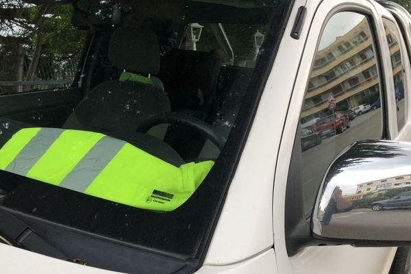 """Hausse des carburants : un gilet jaune """"de protestation"""" à l'appel des collectifs citoyens avant une manifestation nationale, le 17 novembre."""