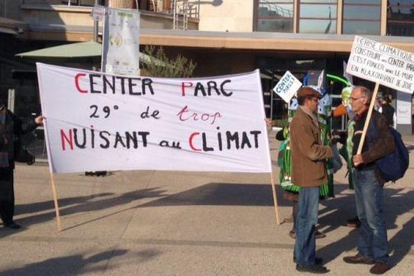 Des opposants à la construction de trois futurs Center Parcs ont profité du passage du Train du Climat en gare de Dijon  pour manifester vendredi 9 octobre 2015.