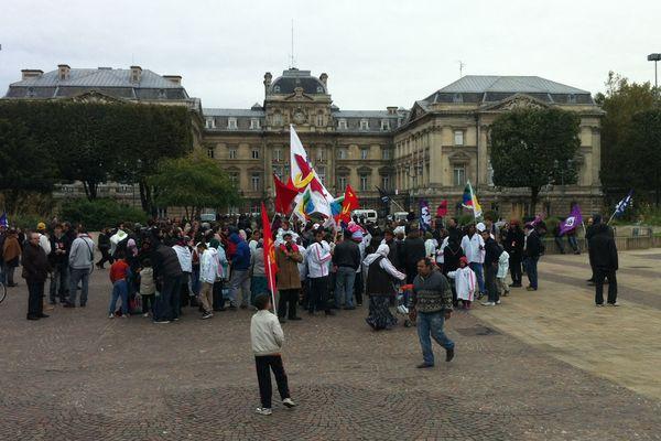 Une centaine de personnes ont manifesté jeudi après-midi devant la préfecture, place de la République à Lille