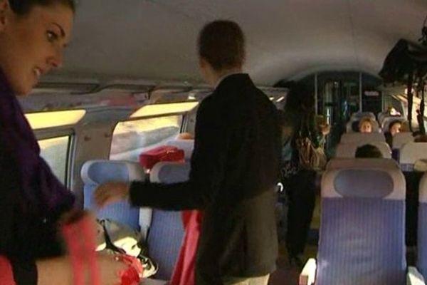 Les premiers voyageurs et les hôtesses dans le premier TGV reliant Barcelone à Perpignan