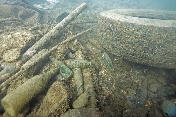Pas besoin d'aller bien loin pour constater l'ampleur de la pollution en mer. En novembre 2015, à Marseille, pneus, bouteilles s'entassent dans la Méditerranée.