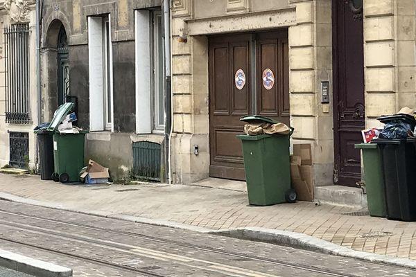 Les poubelles en attente sur les trottoirs de la rue Fondaudège à Bordeaux