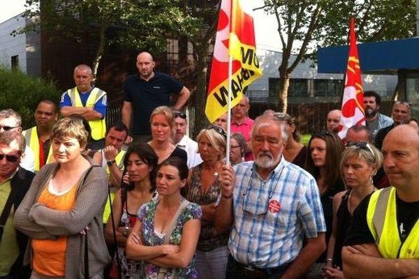 Les salariés de Plastimo alors qu'au audience avait lieu au tribunal de commerce de Lorient.