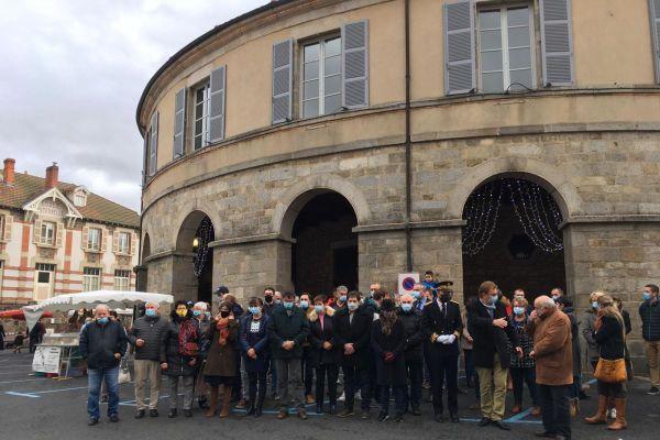 Jeudi 24 décembre, à midi, une minute de silence a eu lieu à Ambert, devant la maire ronde, en hommage aux victimes.
