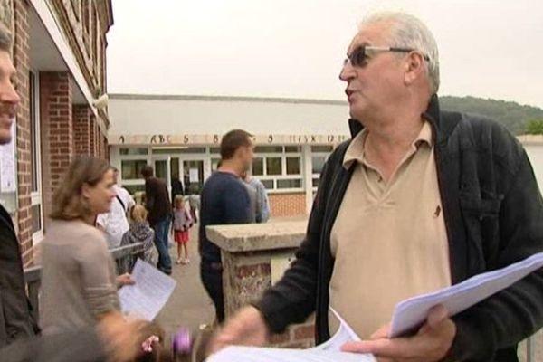 Le maire de Ganzeville distribue des tracts à l'entrée de l'école ce mardi pour expliquer les motivations de la commune.