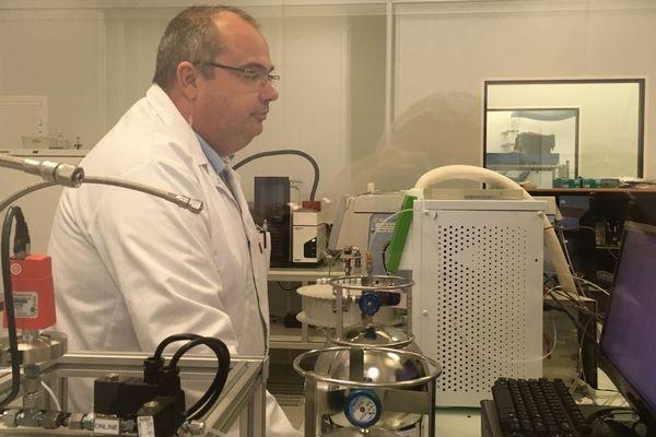 Depuis l'incendie de l'usine chimique Lubrizol, l'air capté à Rouen dans des bonbonnes est analysé dans les laboratoires de Tera Environnement à Crolles en Isère