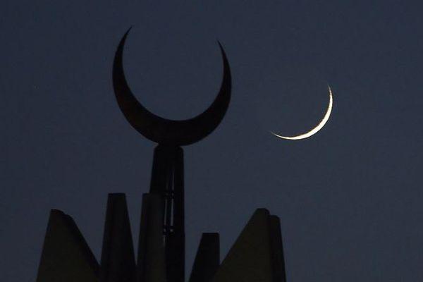 La date du début du jeûne est fixée à partir de l'observation de la lune.