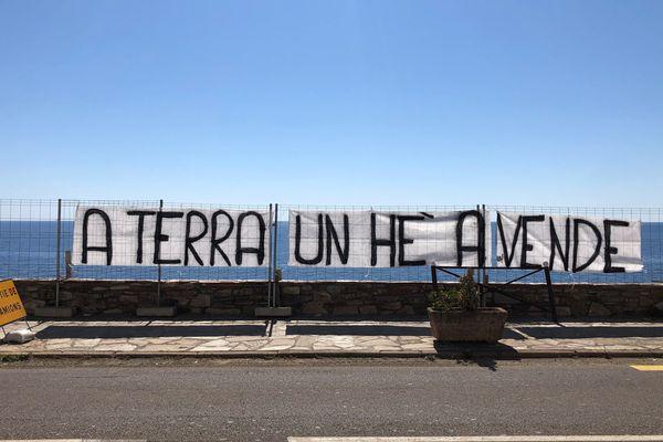 A terra un hè a vende, le message que veulent faire passer la cinquantaine de personnes qui ont occupé le chantier du Pietra Mare, dans le Cap Corse