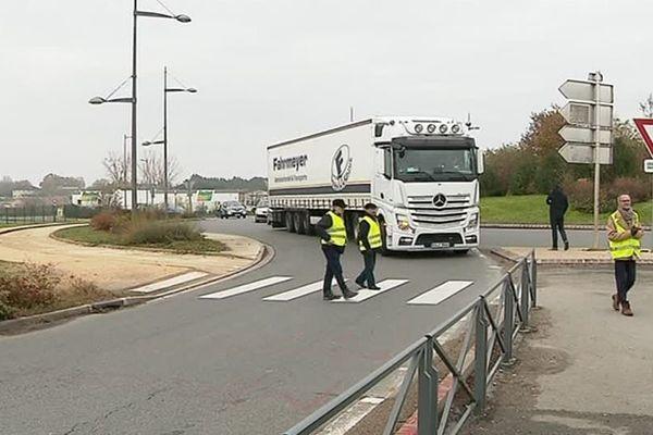 Les Gilets Jaunes à Poitiers après l'évacuation dans le calme du rond-point d'Auchan.