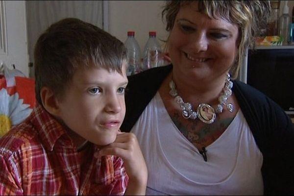 Mathéo, 8 ans en compagnie de sa maman Sophie.