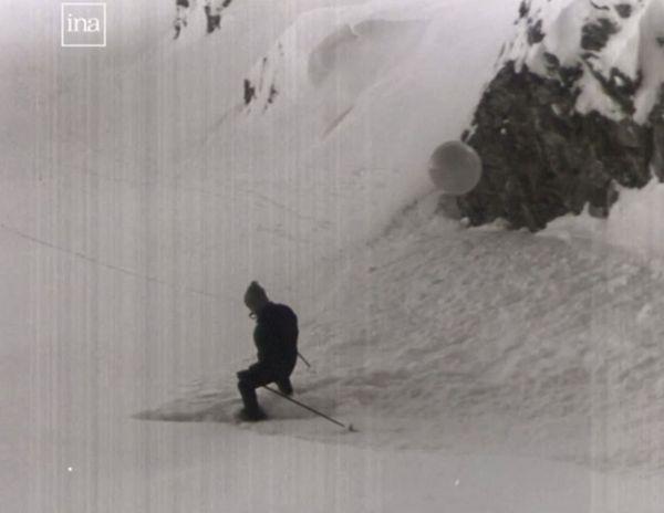 Déclenchement d'une coulée de neige par un pisteur en 1965 à Courchevel