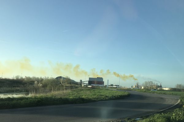 Depuis sa voiture, une habitante de Donges s'est arrêtée pour photographier ce nuage à la couleur suspecte. Aucun danger selon Yara.