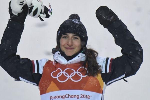 Perrine Laffont tout sourire sur le podium des Jeux Olympiques
