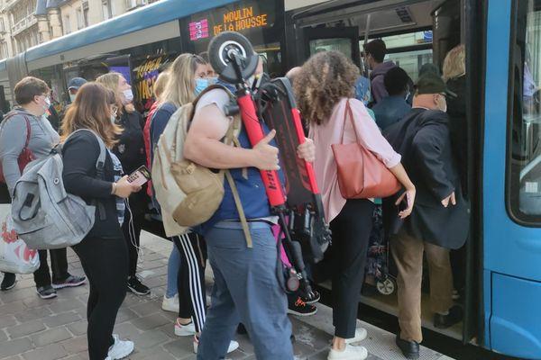 Peu de bus à Reims ce 17 septembre à cause de la grève et les rares qui passent sont pris d'assaut. / © Claire Lebret - France Télévisions