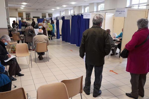 A Montargis, la salle Carnot a été transformée en centre de vaccination.