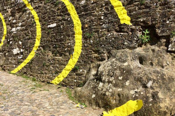 Carcassonne - l'oeuvre de Felice Varini, les cercles jaunes, vandalisée - 24 avril 2018.