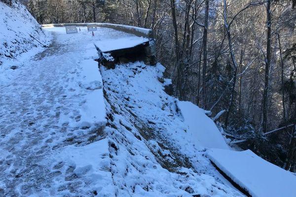 Le mur de soutènement de la chaussée a cédé suite aux intempéries, emportant la chaussée sur 30 mètres de longueur.