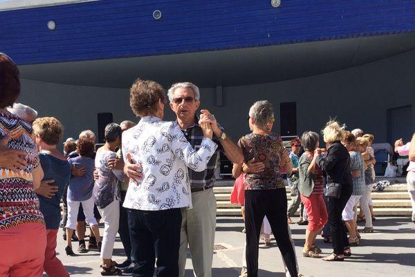 Des cinquantaines de danseurs viennent valser à chaque guinguette.