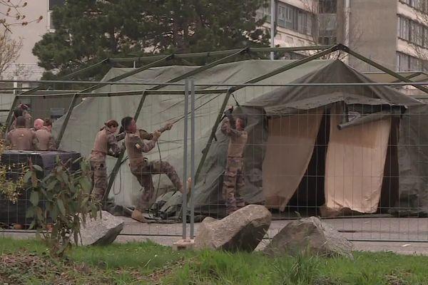 Les tentes en cours de montage ce samedi 21 mars