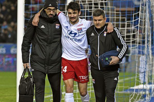 À Strasbourg, au stade de la Meinau, samedi 30 novembre,  Leo Dubois sort sur blessure accompagné du Kiné Abdel Redissi et du medecin Yann Fournier