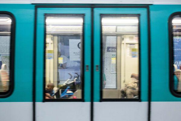 Un suspect a été mis en examen pour avoir poignardé un homme à la station Exelmans à Paris.
