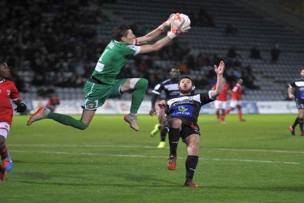 Nîmes - le gardien de but des Crocos Mathieu Michel face à un Niortais - février 2016.