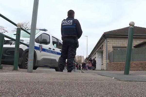 Dispositif de sécurité renforcé devant le groupe scolaire Carnot de Nogent-sur-Oise lundi 22 mars 2021.