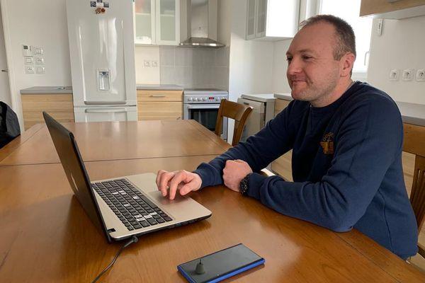 Fabien Gousset se connecte au salon de l'emploi franco-allemand depuis chez lui, jeudi 25 mars 2021