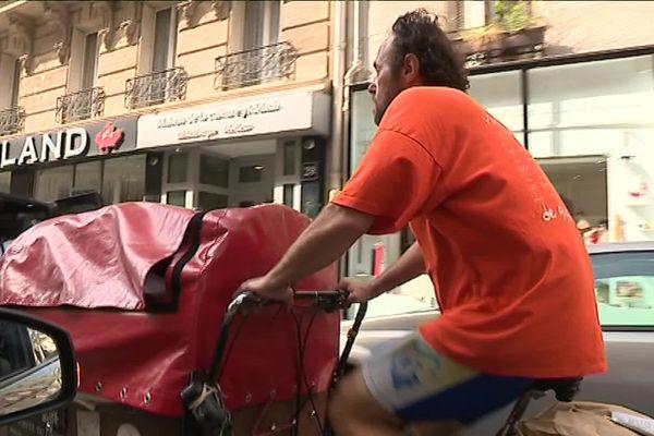 Restaurateur, Thierry enfourche chaque jour son triporteur pour aller livrer le pain qu'il fabrique, un bon entraînement pour la Paris-Brest-Paris