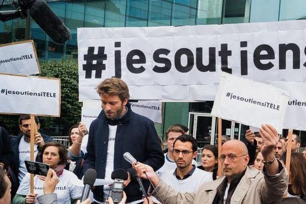 Rassemblement des salariés d'i-Télé devant le siège de leur chaîne, le 25 octobre 2016 à Boulogne-Billancourt (Hauts-de-Seine).
