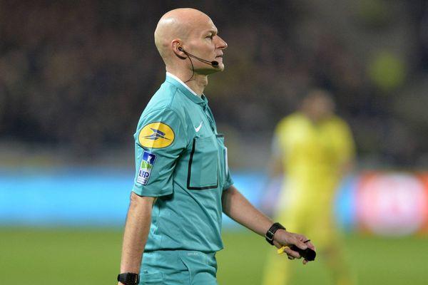 Tony Chapron, l'arbitre originaire de Flers est devenu la vedette des réseaux sociaux après un tacle sur un joueur lors du match Nantes-PSG