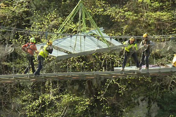 Pendant les travaux, les éléments de la nouvelle passerelle métallique d'Holzarte ont dû être transportés par hélicoptère.