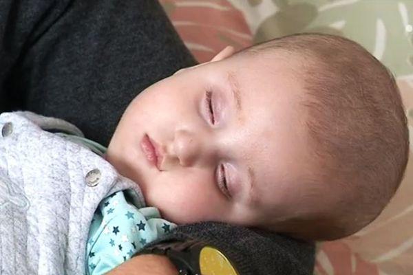 Le petit Noé, huit mois, est atteint d'une pathologie rare, la maladie de Zeelweger.
