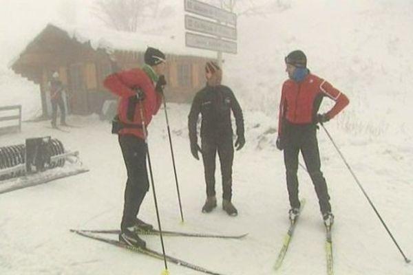 Malgré des conditions difficiles avec du vent et du brouillard, les fondeurs ont chaussé les skis pour tester la première neige