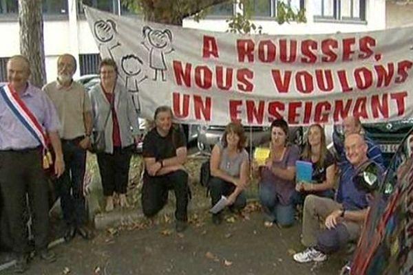 Mende - des habitants de Rousses en Lozère ont manifesté devant l'Inspection académique - 8 septembre 2014.