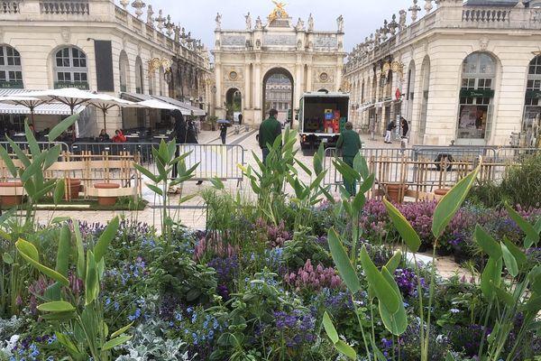 Des compositions florales dans des tons de bleu, hommage aux artistes de l'Art Nouveau de Nancy.